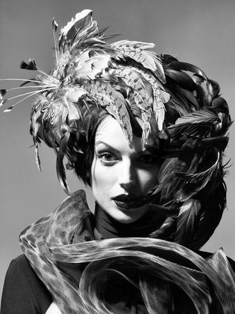 ハロウィーンやカーニバルの休日の衣装やスカーフ、クローズアップとして美しい羽の帽子茶色の色できれいな顔に赤い唇を持つ若いセクシーな女