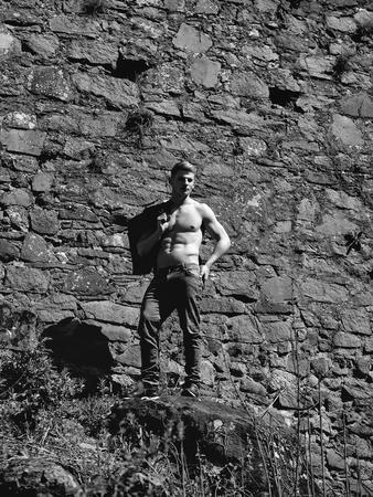 壁画の背景にジーンズ屋外で男裸チェスト若いポーズセクシーなモデル 写真素材