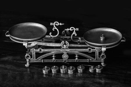 오래 된 구식 복고 금속 처리 된 무거운 골동품 철 균형 비늘 나무 또는 나무 테이블에 장식용 철강 디자인으로 무게를 측정하는 것에 대 한 도구