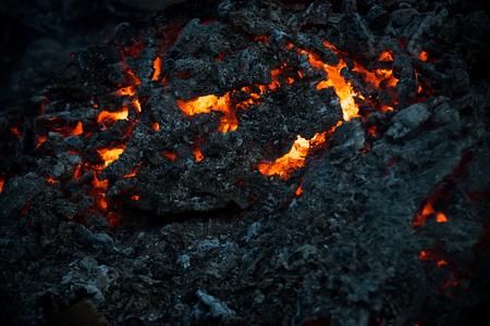 마그마 질감 녹은 바위 표면. 검은 화산재 배경에 용암 불꽃입니다. 위험, 위험, 에너지 개념입니다. 화산, 불, 지각. 형성, 지질학, 자연, 환경.
