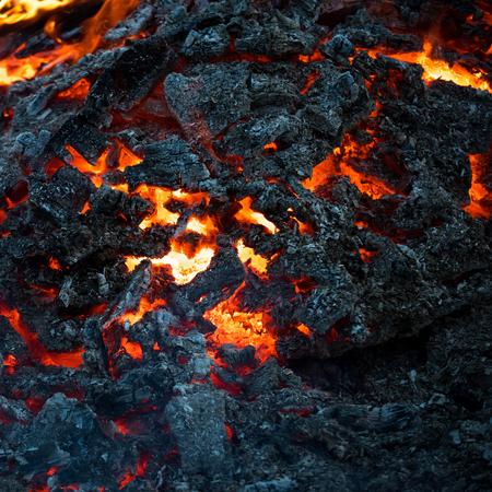 형성, 지질학, 자연, 환경. 마그마 질감 녹은 바위 표면. 화산, 불, 지각. 위험, 위험, 에너지 개념입니다. 검은 화산재 배경에 용암 불꽃입니다.
