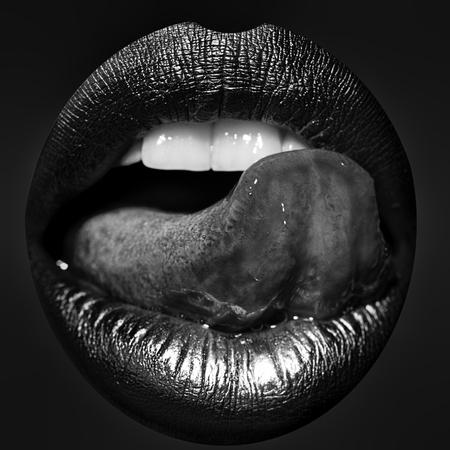 Closeup vista sexual feminina linda abrir os lábios dourados com língua de lamber e dentes brancos, isolados em um fundo vermelho, imagens quadradas