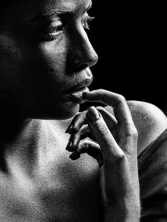 Mulher ou garota de ouro sexy tem rosto bonito com maquiagem e arte corporal cor metalizada segurando as mãos e os dedos perto da cabeça, closeup Foto de archivo - 93606661