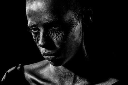 Mulher ou garota de ouro sexy tem rosto bonito com maquiagem e arte corporal cor metalizada e olhos negros, closeup Foto de archivo - 94043377