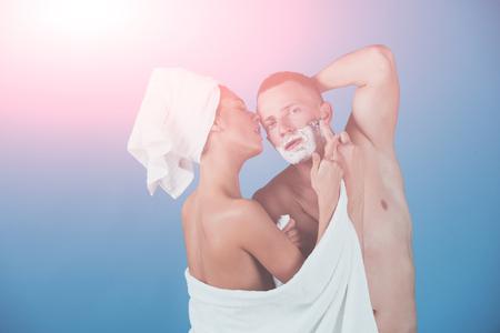 섹시한 부부의 아침 손질. 여자와 남자 트리밍, 사랑에 몇 남자의 아침. 스톡 콘텐츠