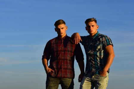 Twin brothers man outdoor in sunset, relations. twin men, friendship, family. Foto de archivo