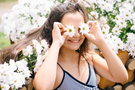 Beautiful happy young girl smile with camomile flowers Zdjęcie Seryjne
