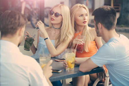 Group of party people, two couples with cocktails in bar or cafe, have fun Banque d'images - 96383967
