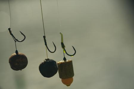 餌、フック、鯉釣りの準備をするシンカー。 写真素材