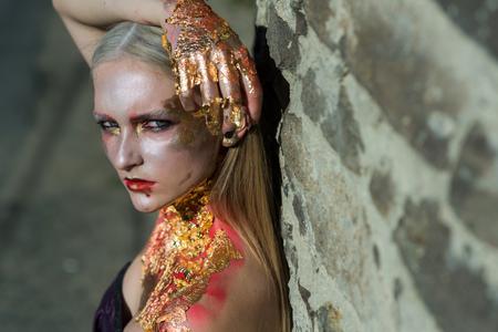 ゾンビの形で女の子、唇に血を持つハロウィーンの死体。ホラー映画のイメージ。