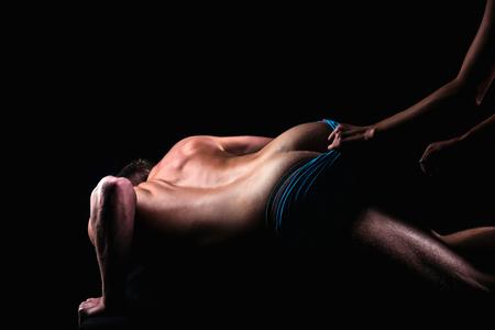 愛、黒に隔離されたカップルの関係、リラックス。支配、カップルのセクシーなボディ、マッサージ。男、裸の体を持つ女性、罰エロゲーム、欲望 写真素材