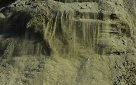Natuur, geologie, ecologie, milieu. Zandmassa in zandbak. Zandgroeve in open mijn. Sandy textuur achtergrond. Mineraal, bouwmateriaal, bouw. Stockfoto