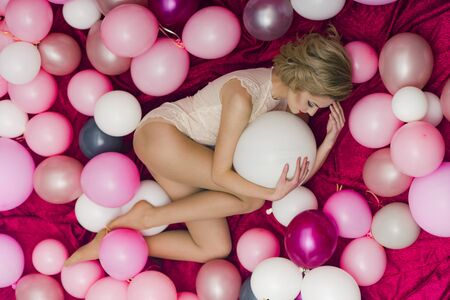 Sexy girl with retro makeup and blond hair. sexy girl with party balloons, celebration.