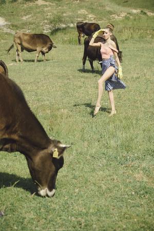 암소, 시골 목초지, 생태에 여자입니다. 유제품, 우유 생산, 산업. 마을, 농업, 들판 방목, 소고기. 소 먹이 농장에 수의사. 여자 농부, 수의사, 유제품,