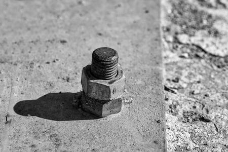 錆びたねじ金属ナットは、グランジの背景に鋼鉄ビームに腐食したボルトでねじ込まれた 写真素材