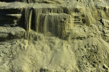 Zandgroeve in open mijn. Zandmassa in zandbak.