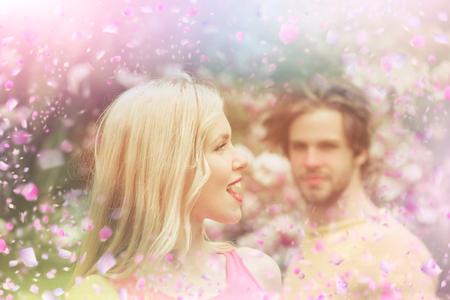 ブームの花。咲く公園のカップル。