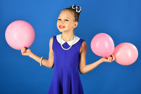 Beauty and fashion, punchy pastels. Small girl child with party balloons, celebration. Birthday, happiness, childhood, look. Kid with balloons, birthday. Little girl with hairstyle hold balloons. Foto de archivo - 98583828