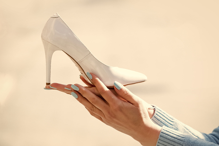 fashion female shoe from white leather in hand on blurred background Banque d'images - 100609828