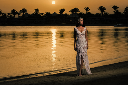 Woman standing on sea beach Banque d'images - 100824199