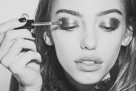La ragazza ha messo l'ombretto sugli occhi con il pennello, nuova tecnologia. Archivio Fotografico