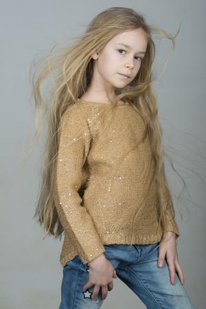 Bambina graziosa, concetto di moda e bellezza