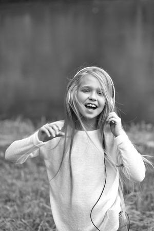 small girl in music hearphone 版權商用圖片