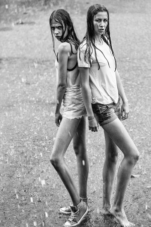 Two pretty girls under rain 版權商用圖片