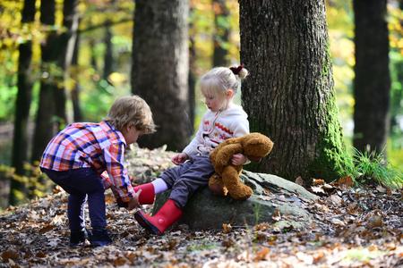 Ritratto di due bambini piccoli. Amicizia e sostegno. Archivio Fotografico
