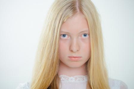 Fille albinos aux yeux bleus et à la peau blanche. Femme au look de beauté naturelle et sans maquillage. Femme sensuelle aux cheveux longs blonds. Beauté naturelle et soins de la peau. Banque d'images