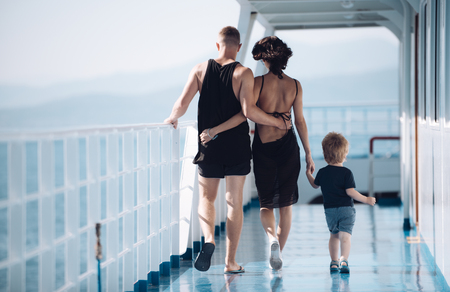 A family ship travels with a kid on vacation. Banco de Imagens