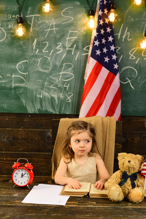 Kids often learn easier by using images pictures and spatial understanding. American education concept. Enrichment classes can be difficult for some kids so tutors are best. 写真素材 - 106084614