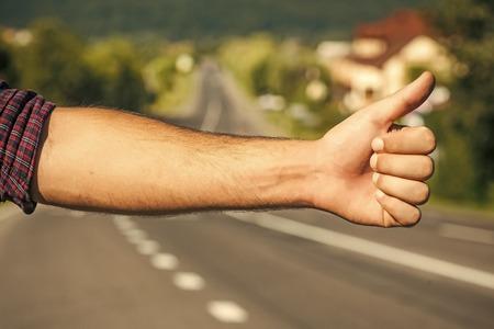 auto-stopper. Hitchhiker sign on road Foto de archivo - 102933166