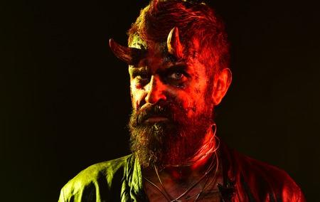 Halloween Satan mit Bart, rotem Blut, Wunden im Gesicht