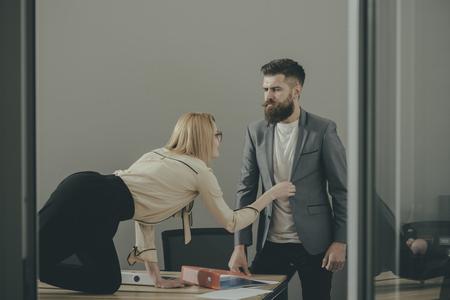 secretaria rubia joven que consuela el hombre de negocios rico en la oficina Foto de archivo