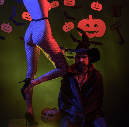 Fröhliches Halloween mit Kürbissen auf Feierhintergrund. Halloween-Kleider und Hexenkostüme und Hexenhüte. Hintergrund für Halloween dekoriert. Beste Ideen für Halloween. Standard-Bild