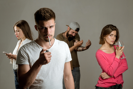 Smetti di fumare. Problema sociale reale. Tossicodipendente o concetto di abuso medico. Uomo triste con depressione guardando a porte chiuse.