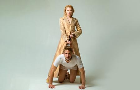 Dominant dans le jeu. Femme et homme jouant à des jeux de domination. Relations amoureuses et dominantes. Concept de domination et de bondage. Femmes dominantes.