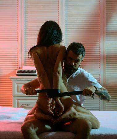 Dominuje w grze. Zdominuj posłuszeństwo rozebrać się uwieść partnera. Kupuj z Bondage i produkuj. Moda męska Brutalne modele.