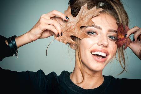 Herbstglückliches Mädchen und Freude. Lächelndes Gesicht. Modekunstporträt der schönen sinnlichen Frau. Herbstzeit für Modeverkauf. Schwarzer Freitag Verkauf und Einkaufen.