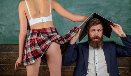 Aufklärungsunterricht. Sexuelle Erfahrung. Verrückter Sex. Erotische Erziehung und Symbole an der Tafel.