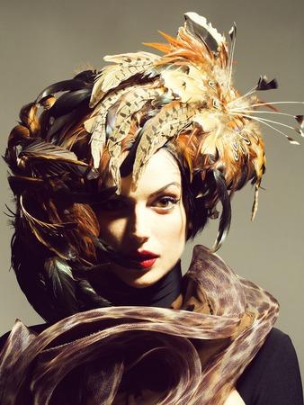hübsche Frau mit Federhut