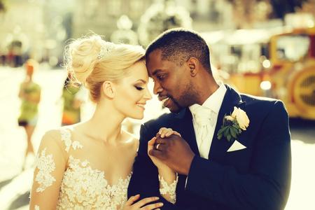 Liefdevolle paar schattige bruid en Afro-Amerikaanse bruidegom Stockfoto