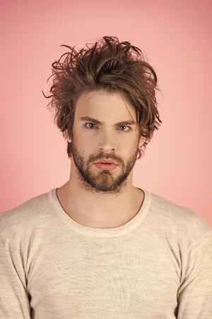Homme aux cheveux ébouriffés en sous-vêtements.