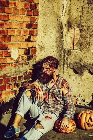 Zombie man with halloween pumpkins Imagens