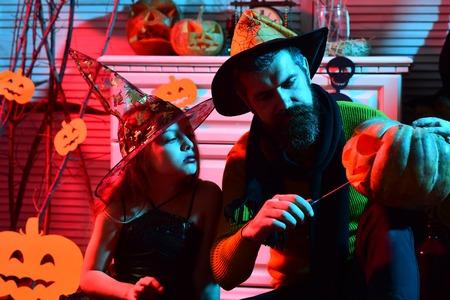 小さな子供と父親はハロウィーンパーティーのためにジャックoランタンを作ります。ハロウィーンジャックoランタンを持つ小さな子供と父親。私た