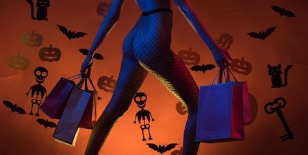 Fröhliche Halloween-Hexen mit großem Arsch. Dessous für Halloween. Kürbis mit Arsch. Sexy Gesäß. Halloween-Konzept. Frau mit dem Aufstellen auf Kürbis.