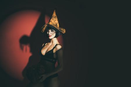 Mujer sexy con calabazas. Modelo de lencería de Halloween. Chicas vampiro. Concepto de deseo solar.