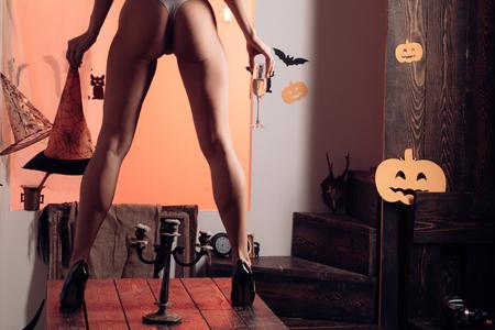 Najpopularniejsze cukierki na Halloween. Bielizna na Halloween. Seksowne pośladki. Plakat Halloween z dyniami. Kobieta z pozowaniem.
