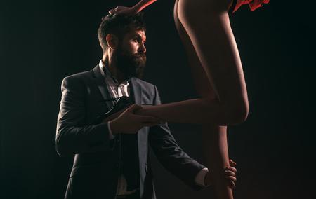 Feale spogliarelliste e balli privati per uomo. Lo spogliarello è un ballo privato. Ruoli di genere. Ballo privato all'interno del club.
